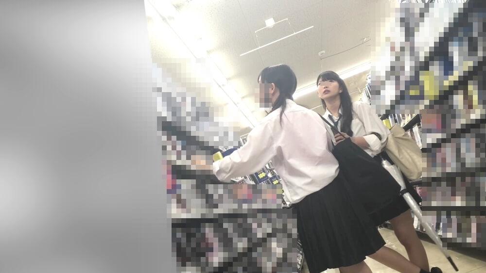 DVDを見る制服JK二人組