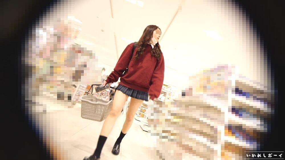 店内で買い物中の制服姿のJK