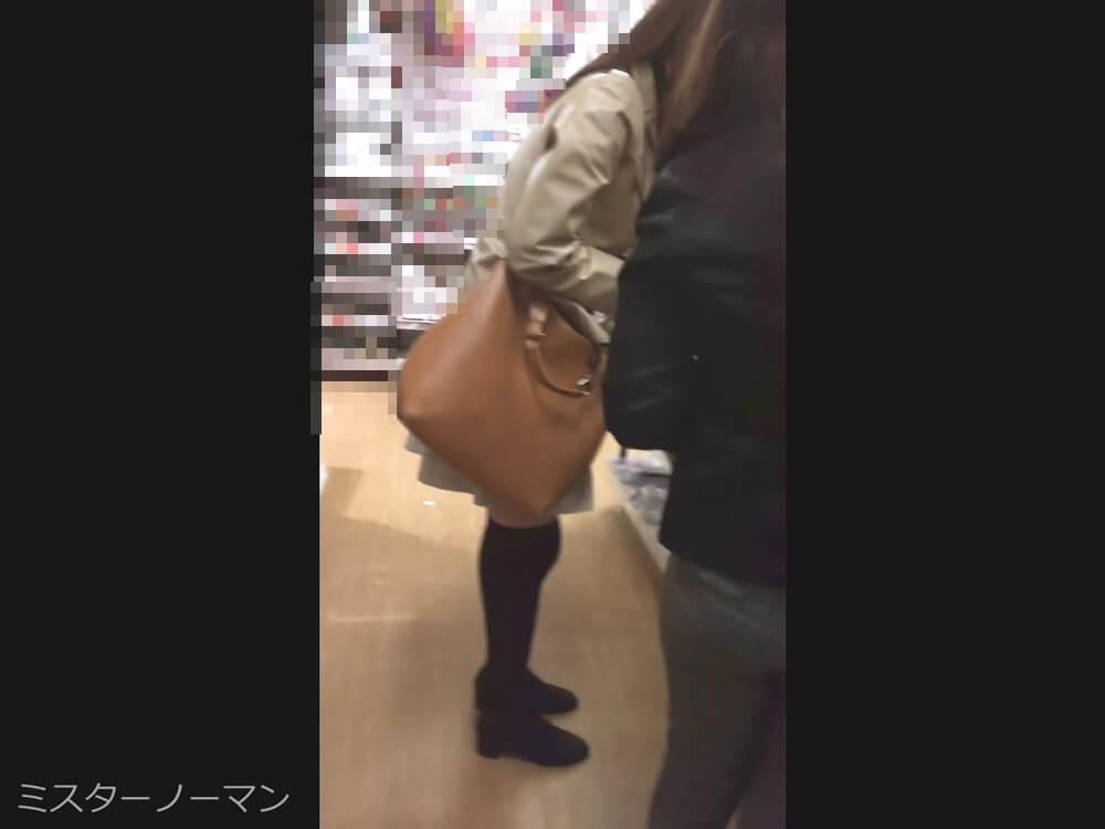 逆さ撮りされるニーハイを履いた女性