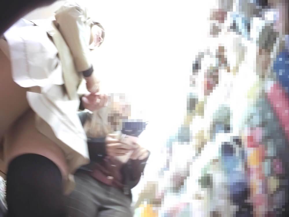 女性のフロントから近づく盗撮カメラ