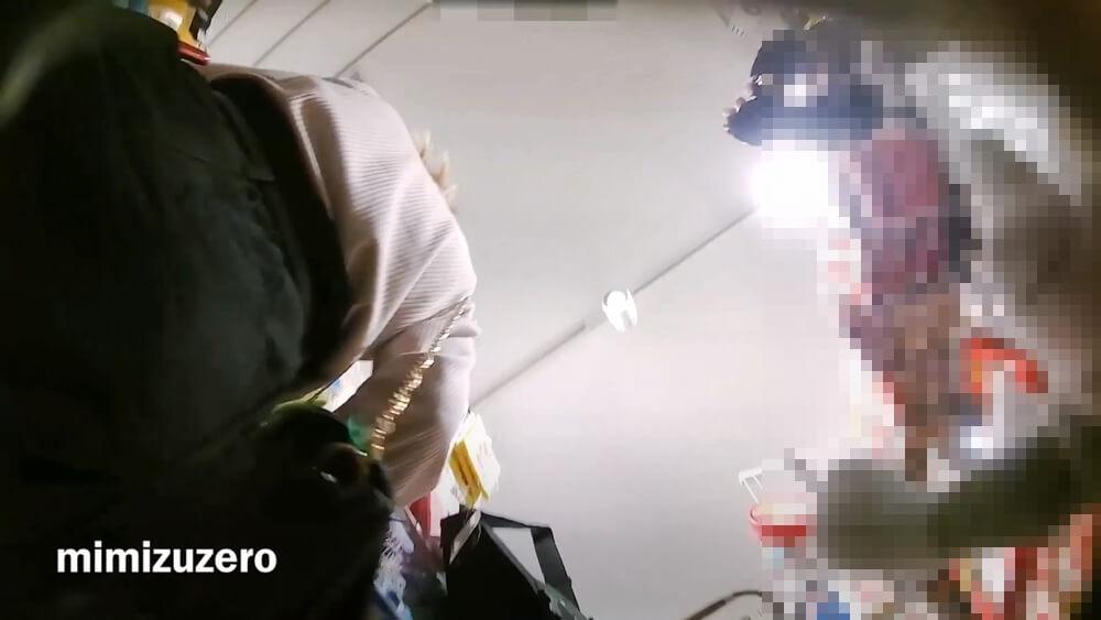 イマドキ女性のスカートの下に名無しの盗撮師さんのカメラが近づく