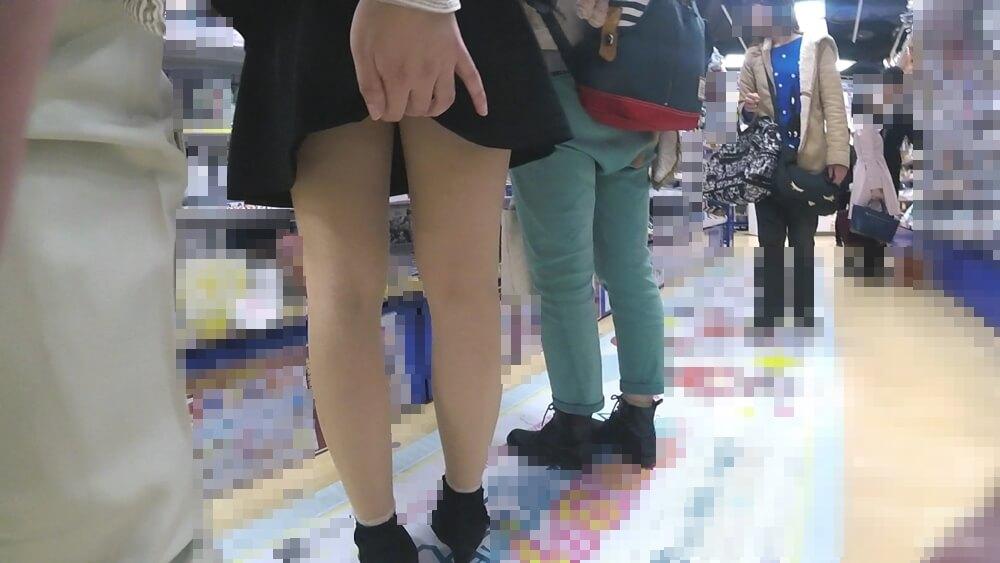 女性のスカートをめくるわらわらさんの手