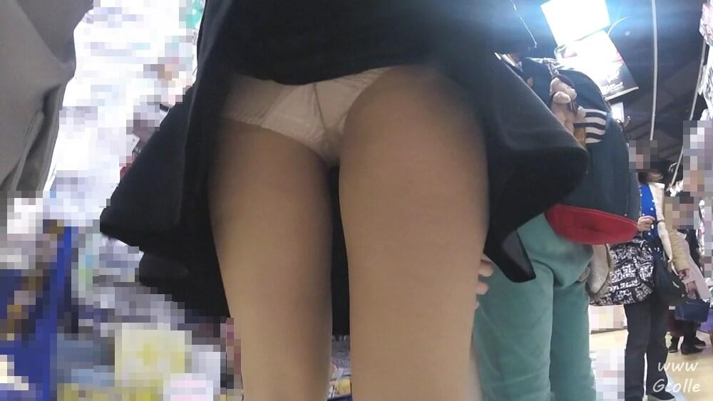 スカートをめくって白サテンパンツを盗撮