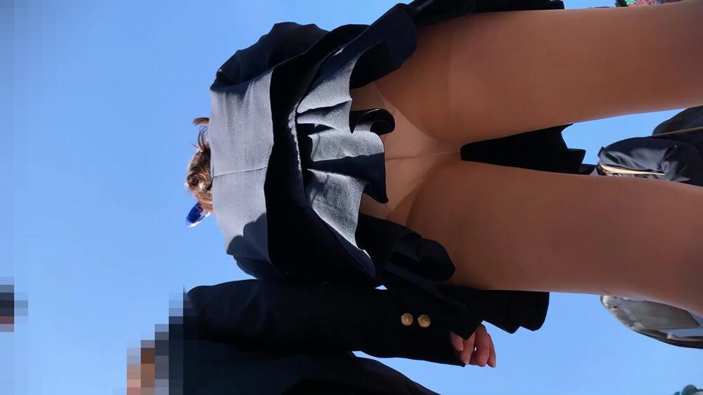 制服JKの背後からパンチラ逆さ撮り