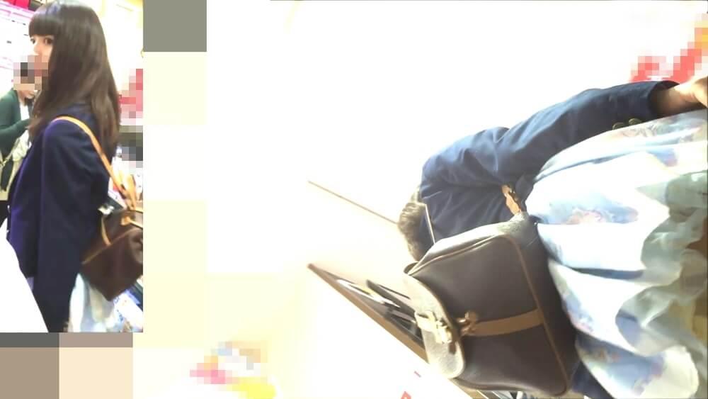 美人のスカートの下からぽんたさんの盗撮カメラが近づく