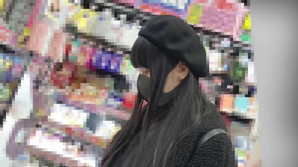 黒尽くめなファッションの女性