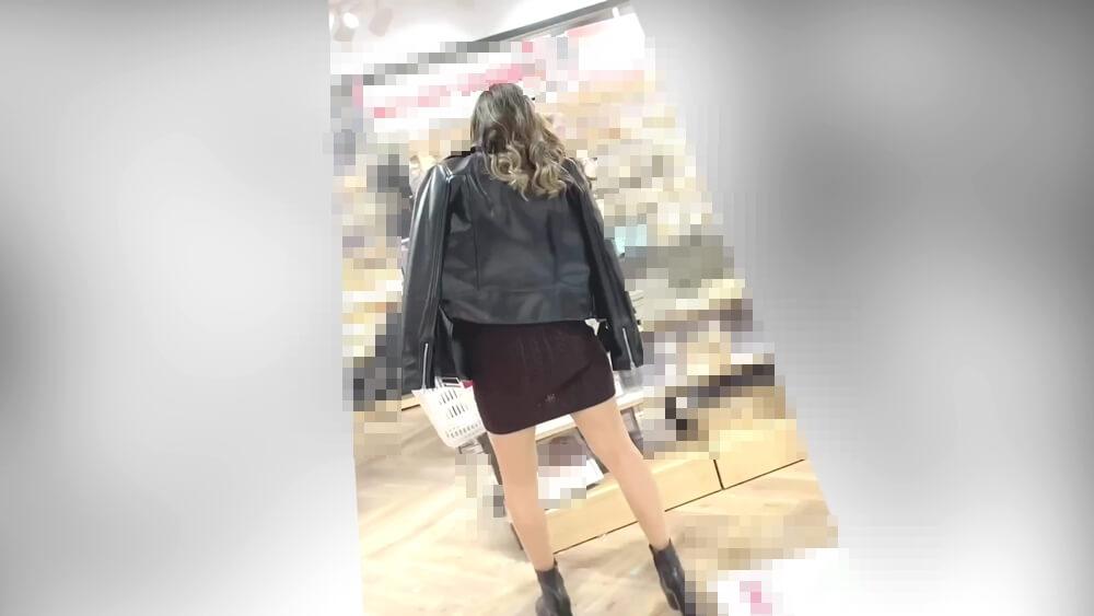スカートが透けてるギャルの後ろ姿
