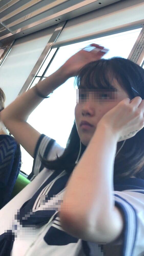 髪を整える為に両腕を挙げる制服JK
