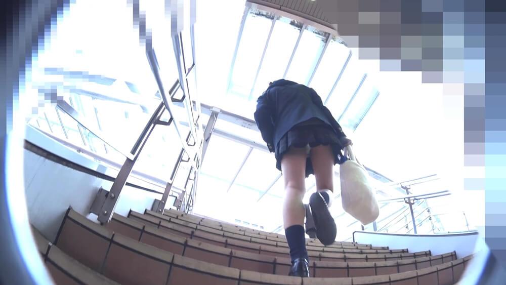 階段を上る制服JKのパンチラシーン
