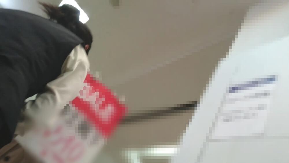 百貨店店員さんを下アングルから隠し撮り