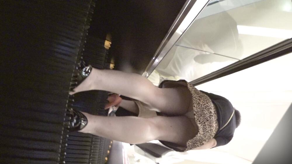 エスカレーターの下から女性を隠し撮り