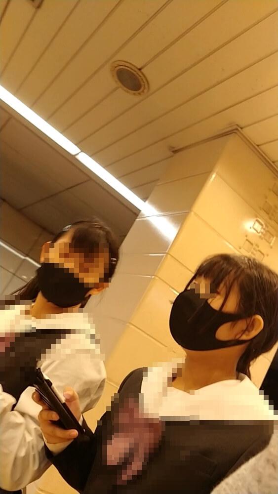 逆さ撮りされた制服JKの顔