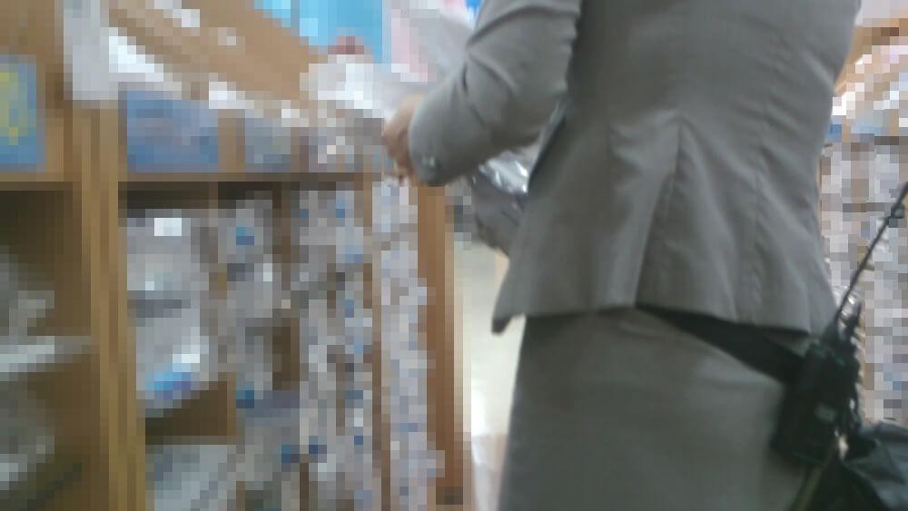 インカムの機械を腰に着けた店員さんの画像