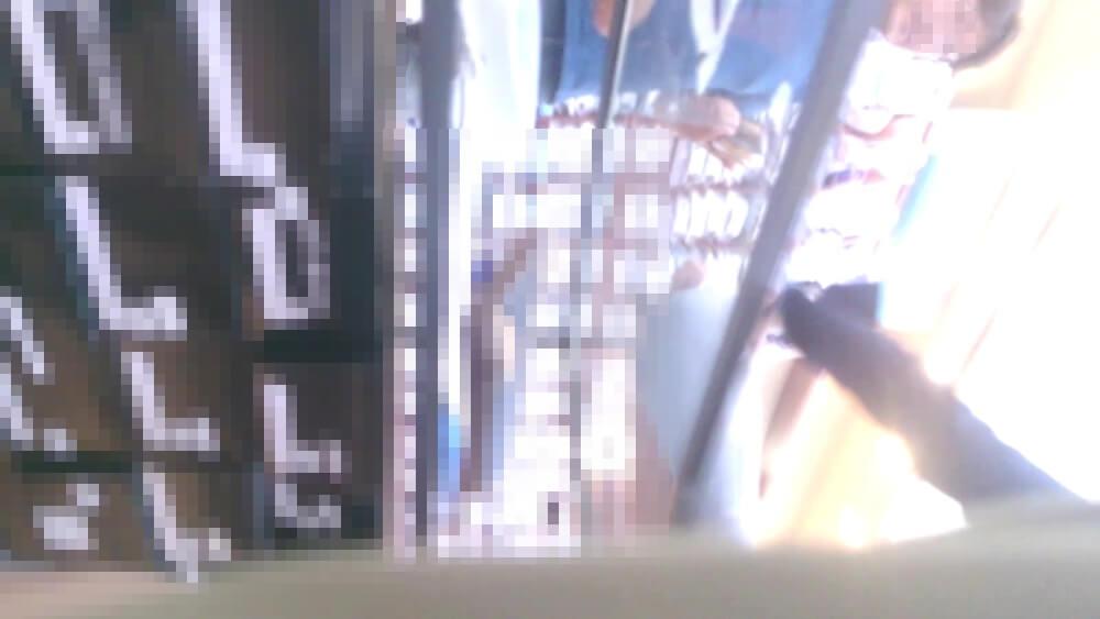 店員さんの前にオジサマがいる画像