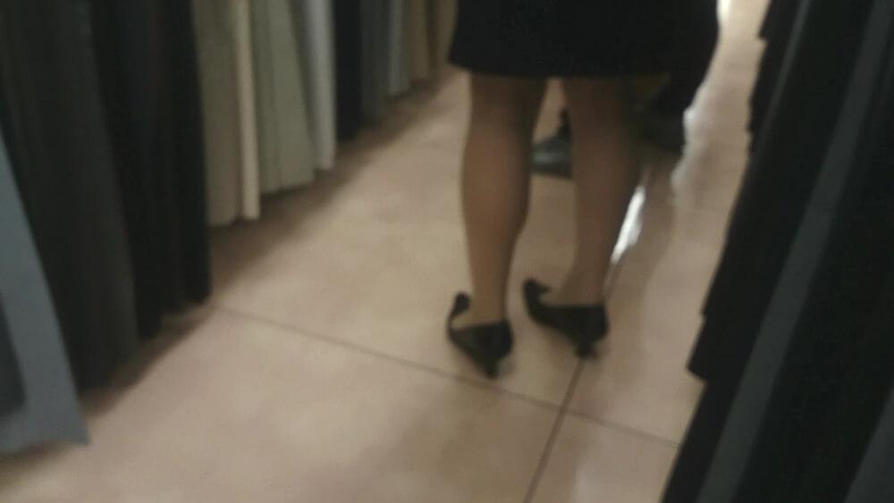 スーツを着た店員さんのパンスト脚を隠し撮りした画像
