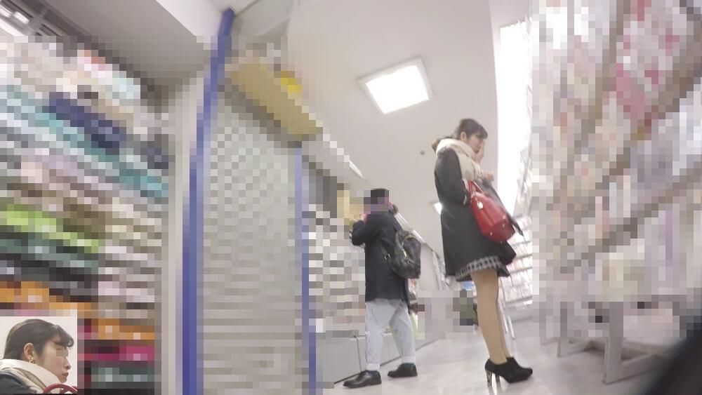 クシャミをする女性の画像