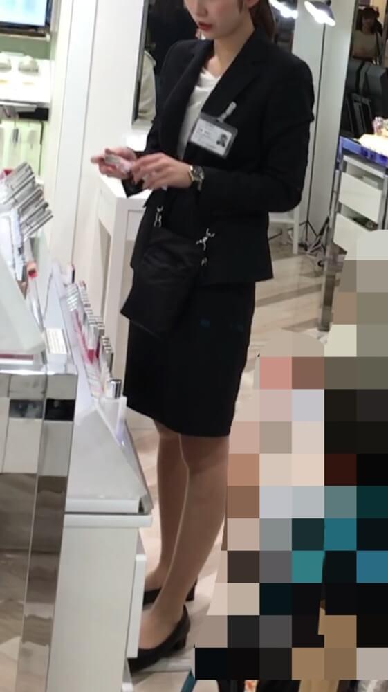 スーツからパンスト脚が伸びる女性店員さん