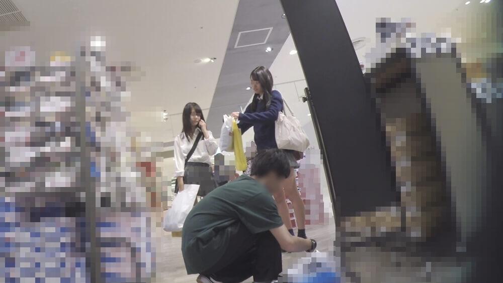 逆さ撮りされた制服JKの顔を隠し撮りした画像