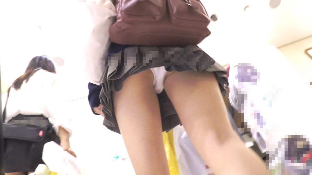 制服JKの純白パンチラを背後から逆さ撮りした画像