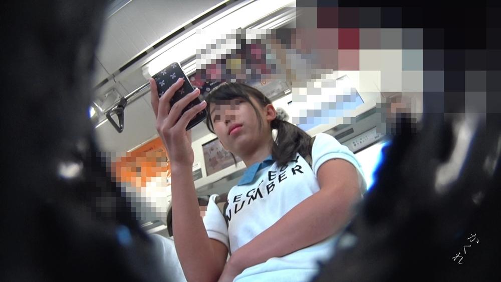 逆さ撮り用カメラで撮られた女の子の顔の画像