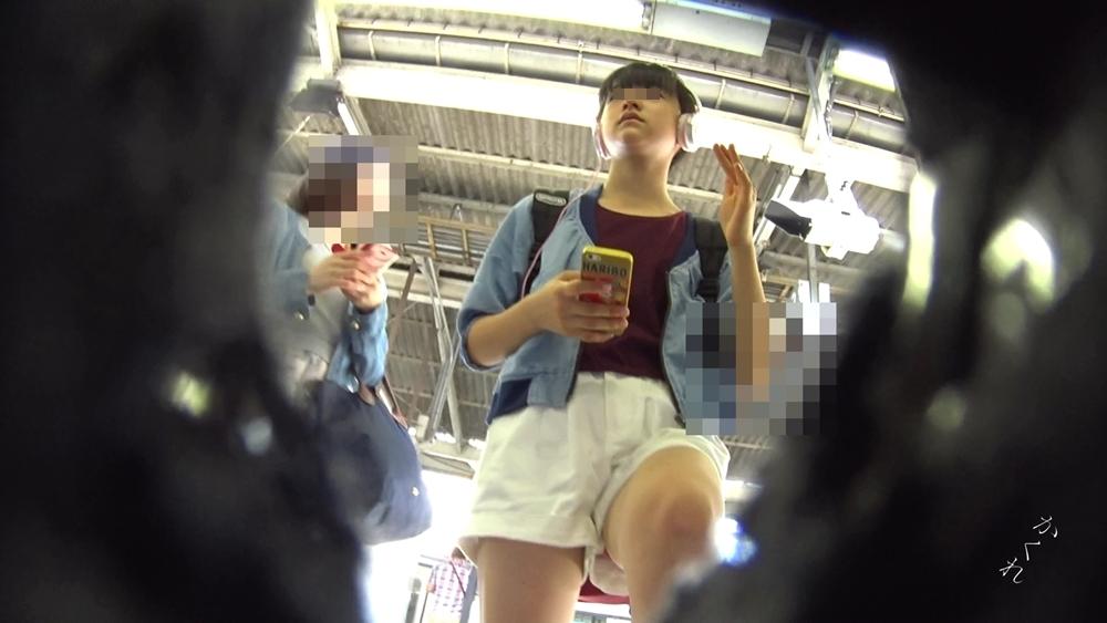 電車に乗るところの女の子の画像