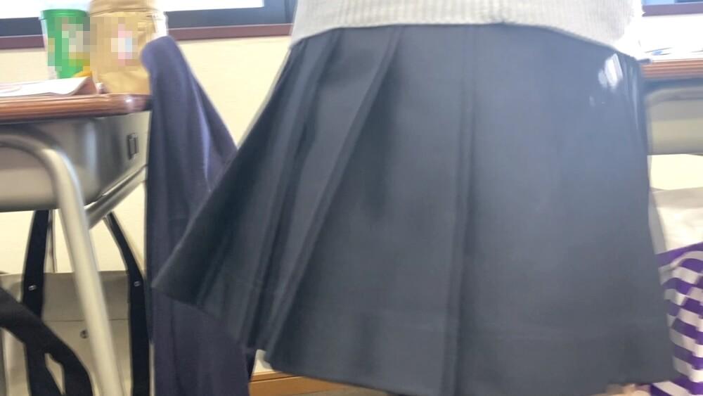 JKが立ち上がった時の制服のスカート画像