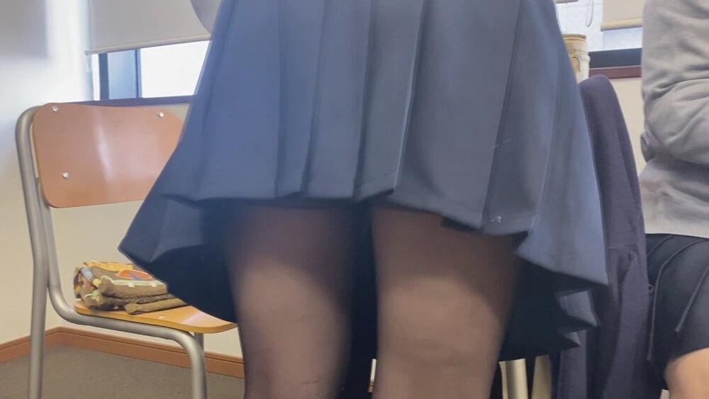黒パンストを履いたJKの際どい脚の画像