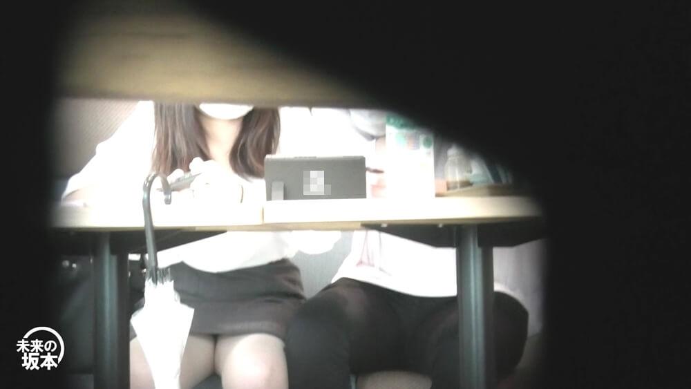 フードコートでニンテンドースイッチをやるカップルの画像