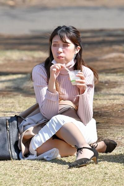 芝生に座る女性の画像