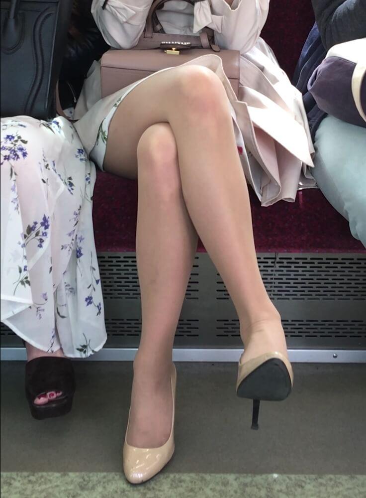 女性の足首のパンストのシワ画像
