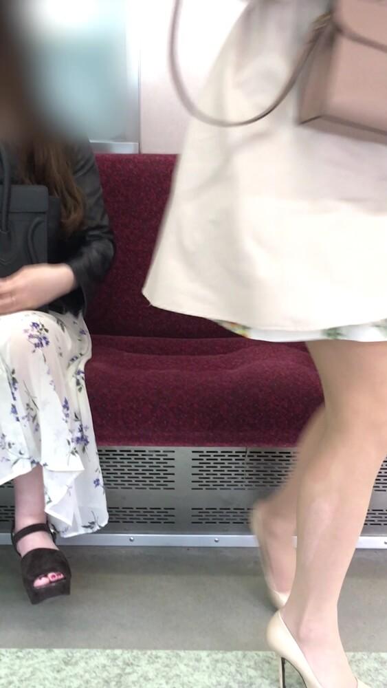 座席を立ち上がった時にパンストの伝線が見える女性の脚画像