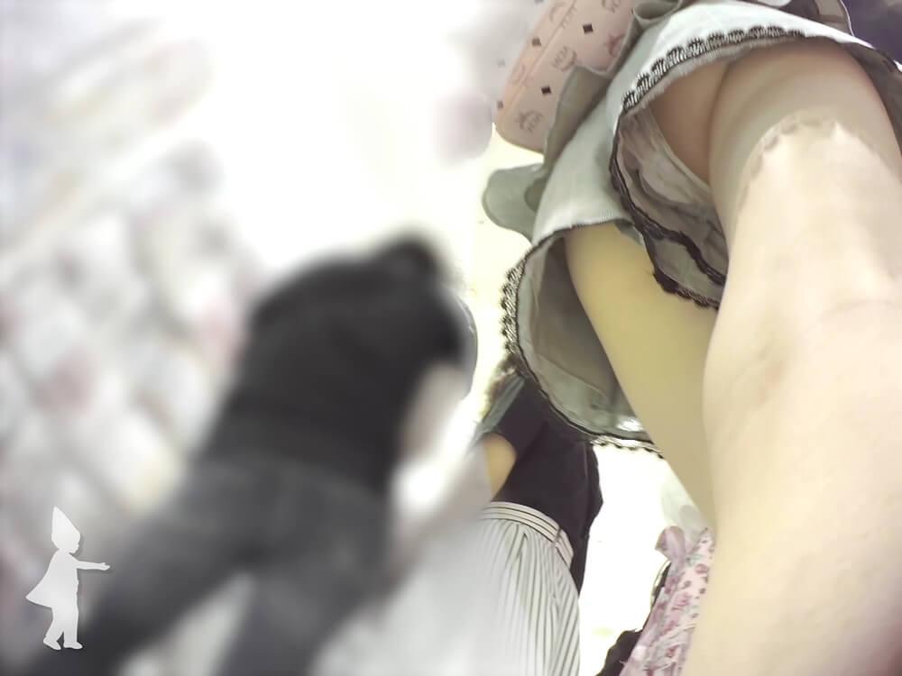 ロリ風な女の子のパンツをハミ尻肉を逆さ撮りした画像
