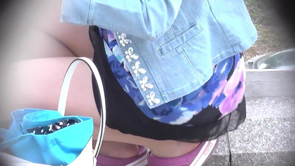 ミニスカートでしゃが若ママの画像