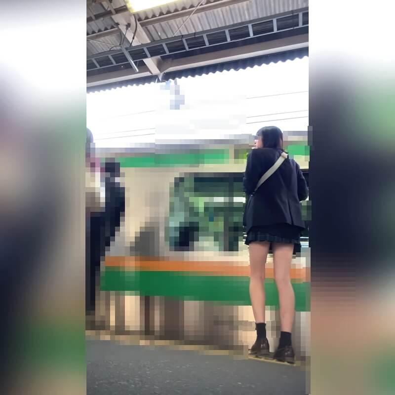 電車の左側に歩いていく制服JKの画像