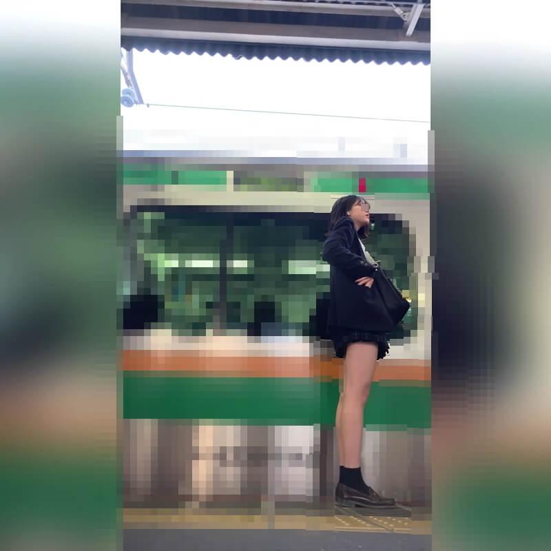 電車の右側の入り口に並ぶ制服JKの横の姿画像