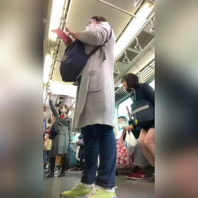 電車の座席に座る制服JKの画像