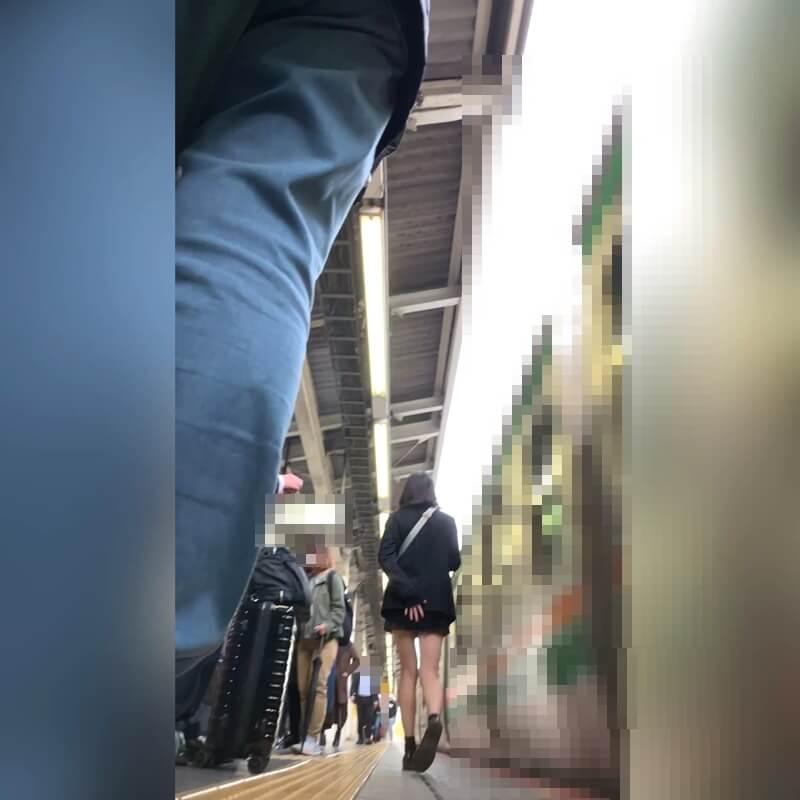 先に歩いていってしまう制服JKの後ろ姿画像