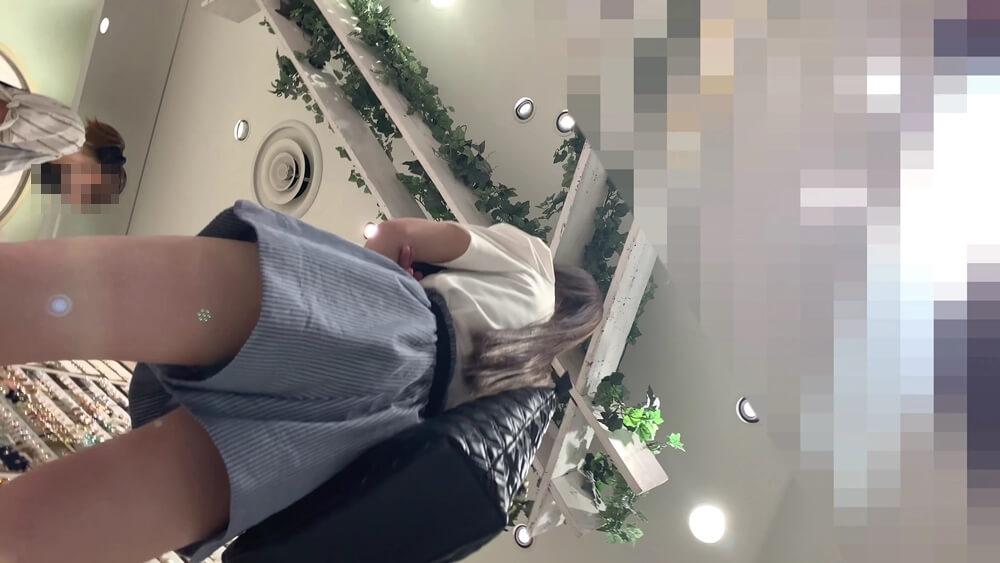 キュロットを履いた女性を下アングルから映した画像