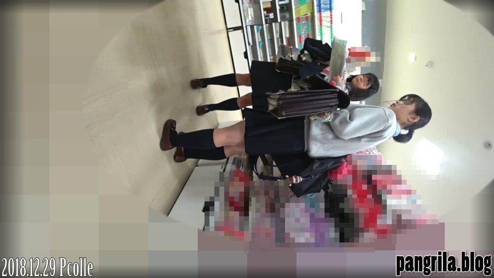 逆さ撮りされた制服JK二人組の姿を映した画像