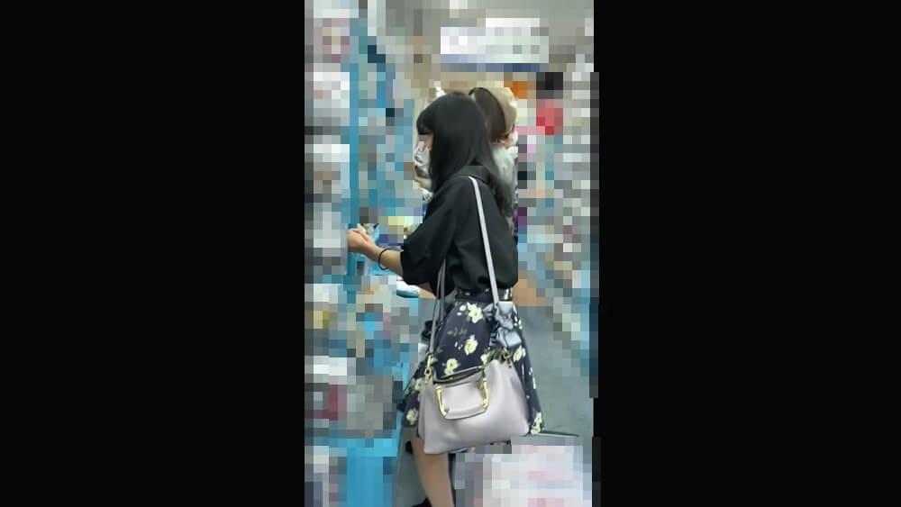 逆さ撮りされる女性の横顔画像