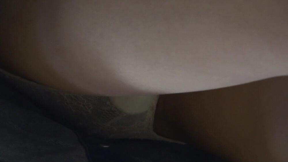 さらに股間に寄った逆さ撮りパンチラ画像