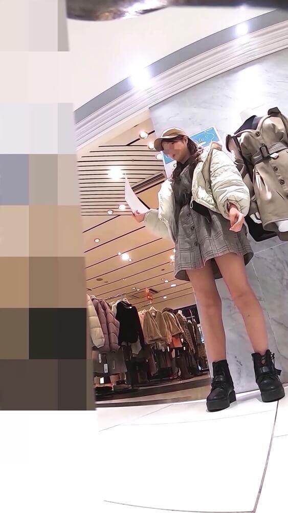 ままちゃりさんが逆さ撮りを狙うアパレルショップ店員さんの姿画像