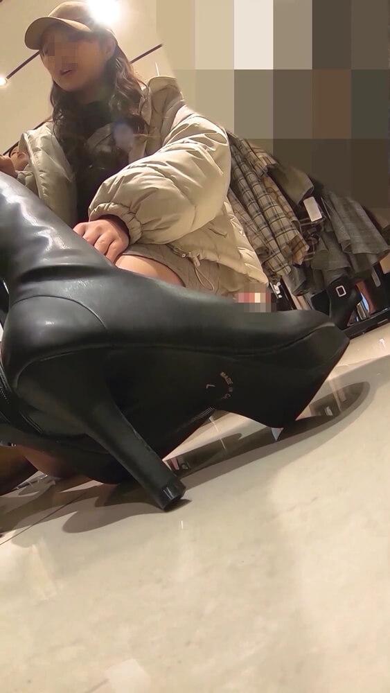 ブーツで脚を隠す店員さんの画像