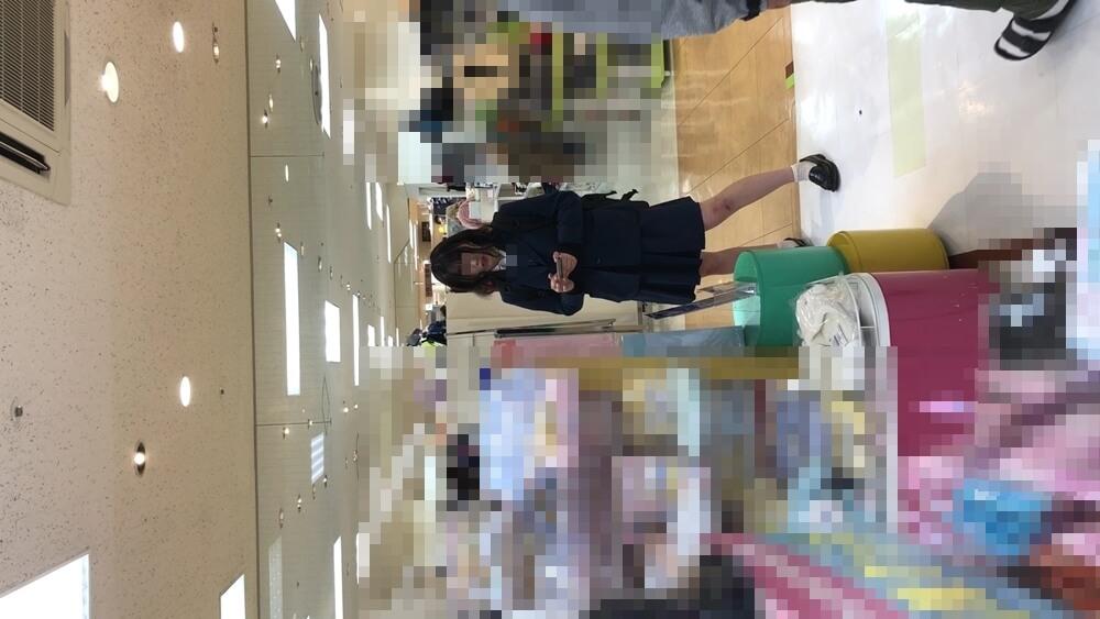なつみかんさんのカメラを見る制服JKの姿画像