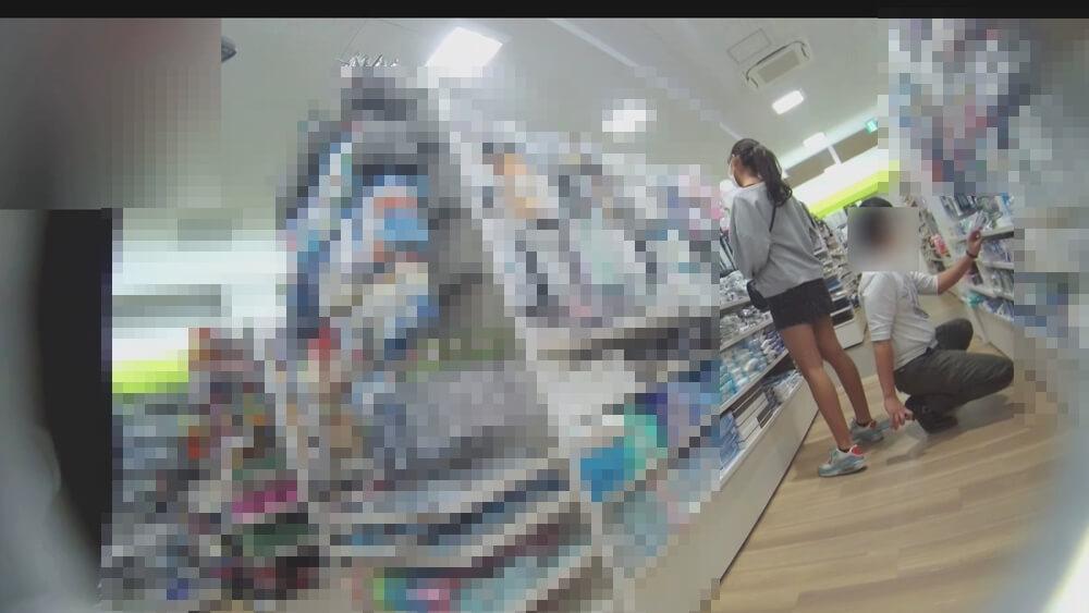 後ろ向きで逆さ撮りする盗撮犯の姿画像