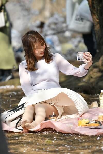 風でスカートがめくれた女性の画像