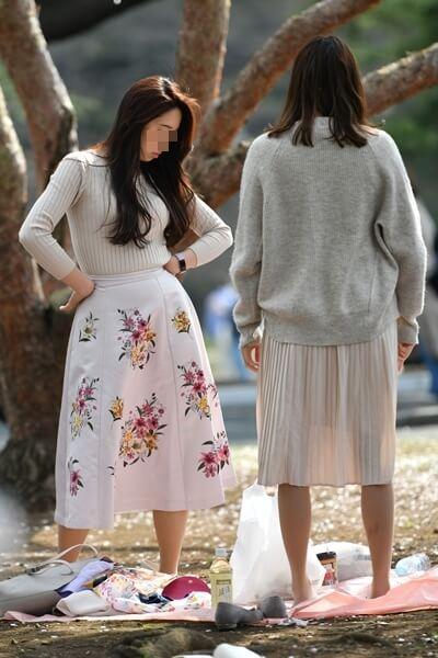 スカートから脚のシルエットが透けてる女性の画像