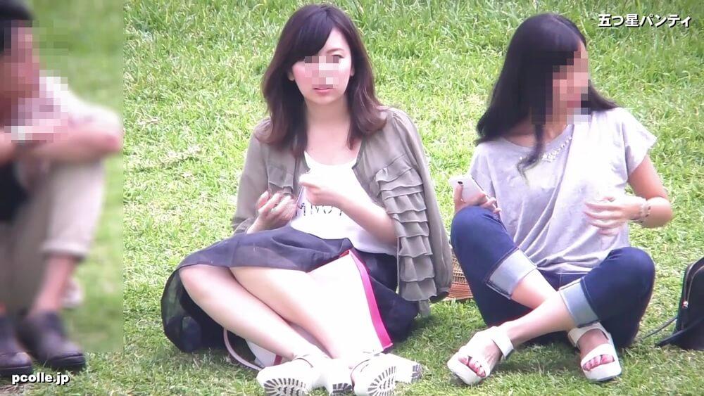 芝生の上に座る美人JDの画像