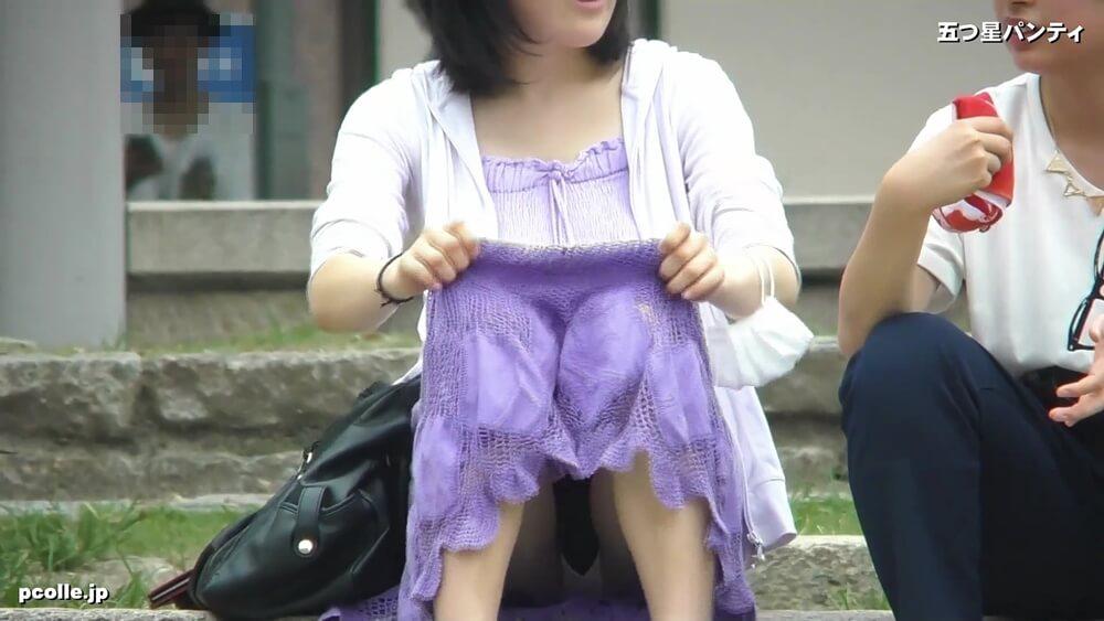 スカートを直した際のパンチラとナプキンの羽根画像