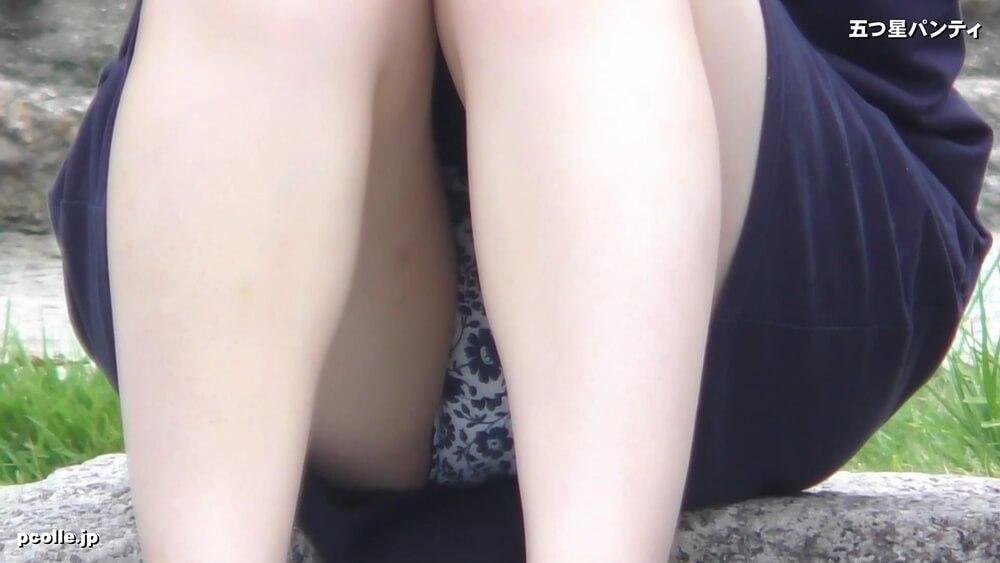 足の角度により更に上部まで見えたパンチラ画像